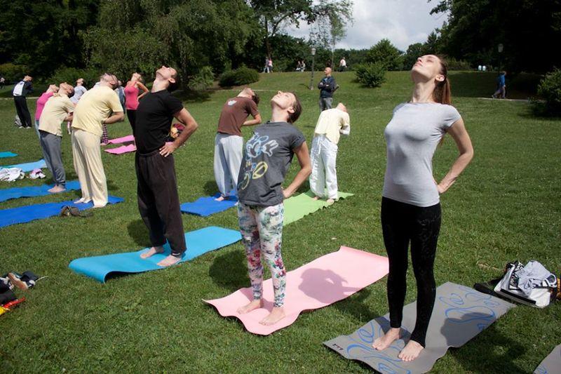 Upoznavanje s muškim učiteljem joge